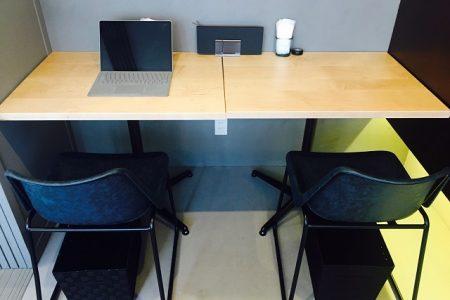 カフェでパソコン作業も快適!広いテーブルで仕事もはかどる人気のテーブル席