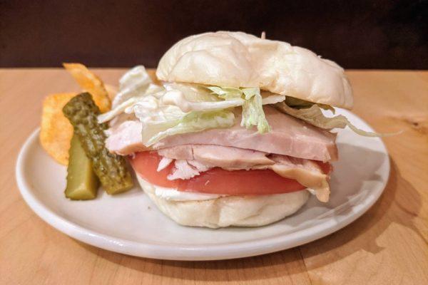 スモークチキンとクリームチーズのホワイトバーガー 自由が丘カフェ ココノヴァ